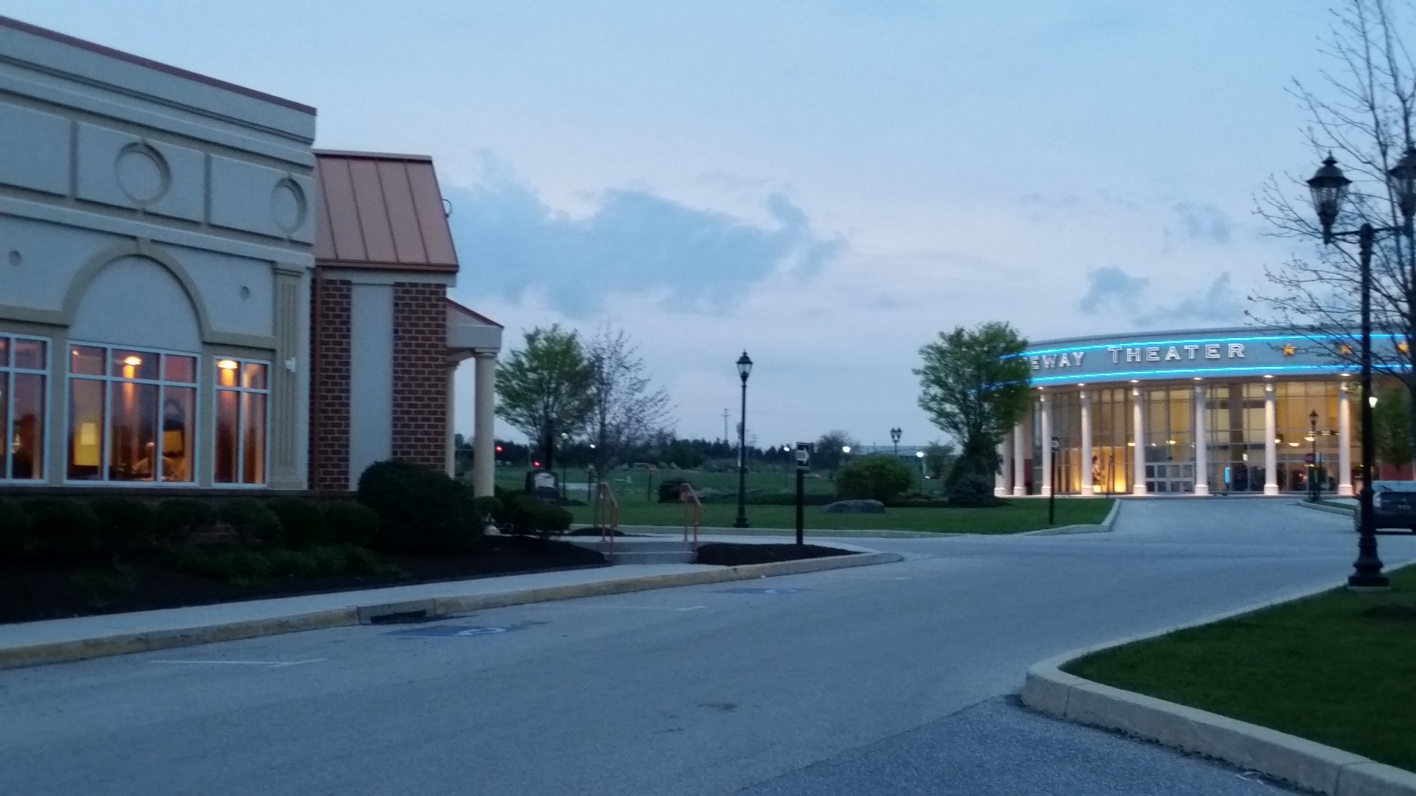 Restaurants and movie theater at Gateway Gettysburg